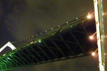 44夜空のトランペットの曲が終わる頃、レインボーブリッジを船がくぐり抜ける.JPG